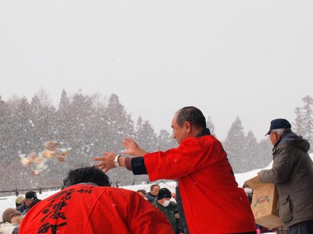 横川町長様がお越しくださり、豪快に豆をまいていただきました!