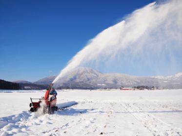 かじかむような寒さの朝、畑の雪を除雪機でとばします